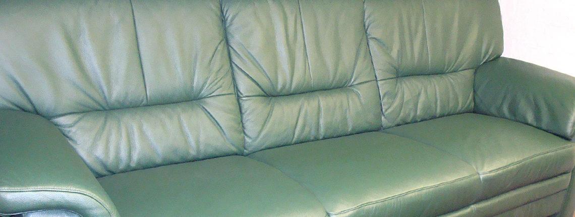 Grünes Sofa aufgearbeitet